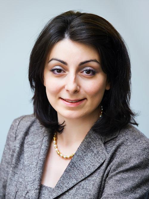 Es handelt sich um ein Portraitfoto von Frau Mag. Elham Ettehadieh, Vorstandsmitglied der Partner Bank.