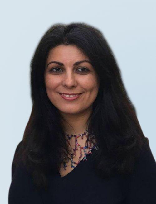 Es handelt sich um ein Portraitfoto von Frau Dr. Sarvenas Enayati, Vorstandsmitglied der Partner Bank.