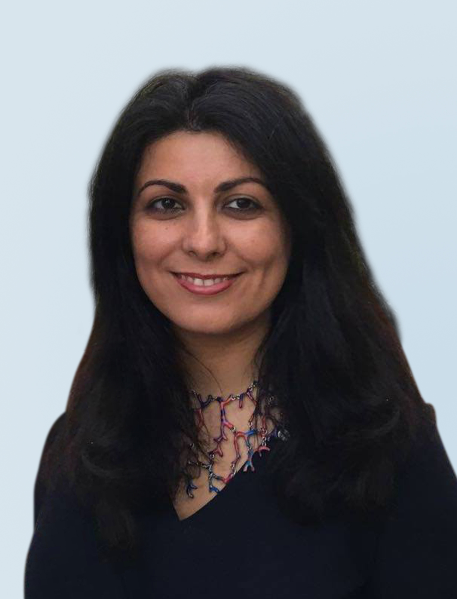 Portraitfoto von Frau Dr. Sarvenas Enayati auf hellblauem Hintergrund, Vorstandsmitglied der Partner Bank.