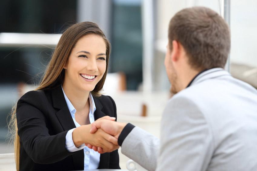 Bildhafte Darstellung einer neuen Geschäftsbeziehung durch Händeschütteln zweier Geschäftspartner